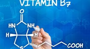 Hand zeichnet chemische Strukturformel von Vitamin B7